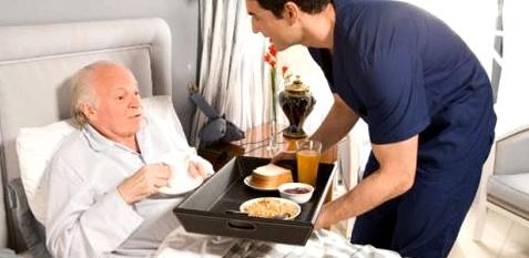Demenz-Kranker mit Pfleger