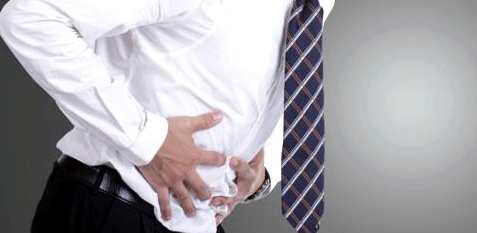 Schmerzen im linken Unterbauch können erste Anzeichen für Divertikel sein.