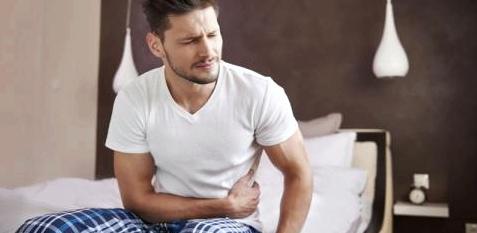 Mann mit Verdauungsproblemen