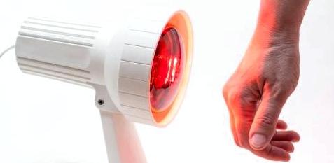Hand vor einer Infrarotlampe