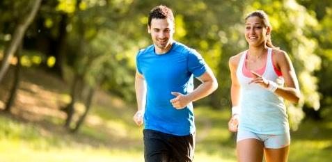 Paar joggt durch den Park