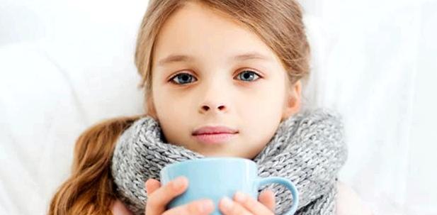 Halsschmerzen bei Kindern lindern: Viel Tee trinken