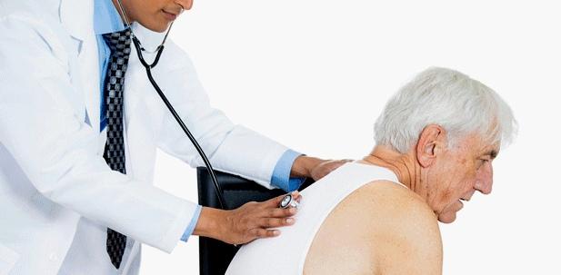 Abhorchen von Lunge und Herz um Atemnot auszuschließen