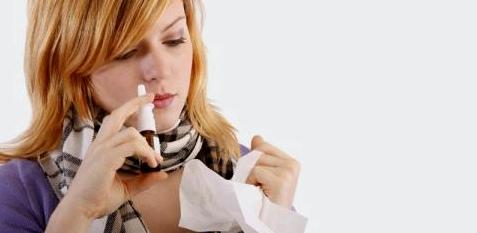 Eine Frau verwendet Nasenspray