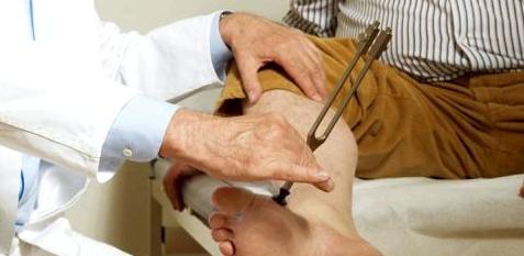 Ein Neurologe kann mithilfe einer Stimmgabel die Nervenleitfähigkeit testen, um Nervenerkrankungen, wie zum Beispiel eine Polyneuropathie, ausschließen zu können
