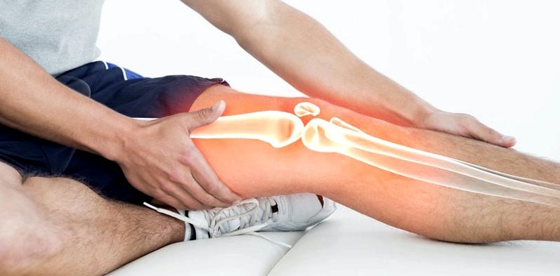 Mann mit Schmerzen im Bein