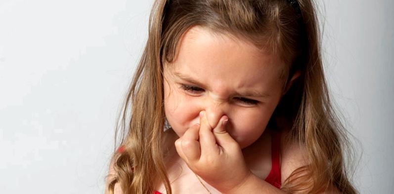 Kleines Mädchen hat Luft im Bauch und Blähungen