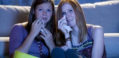 Zwei Frauen weinen im Kino