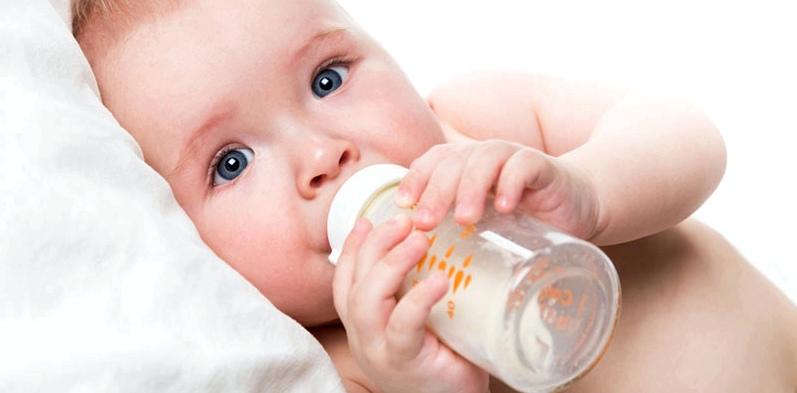 Baby mit Milcheiweißallergie
