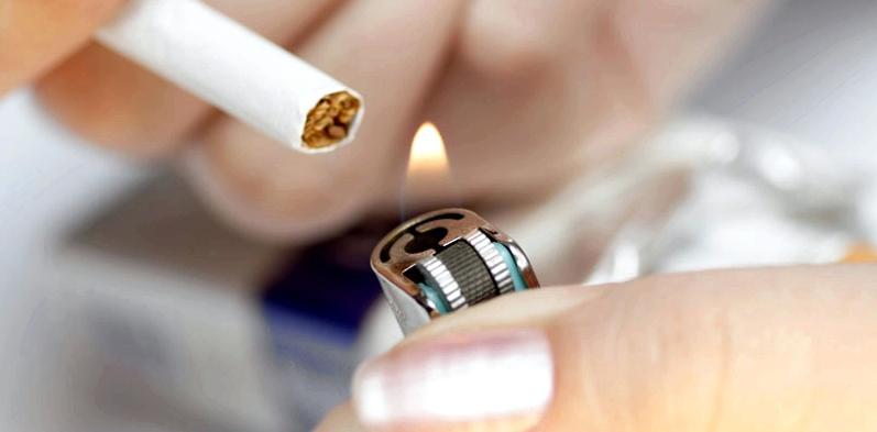 Feuerzeug und Zigarette