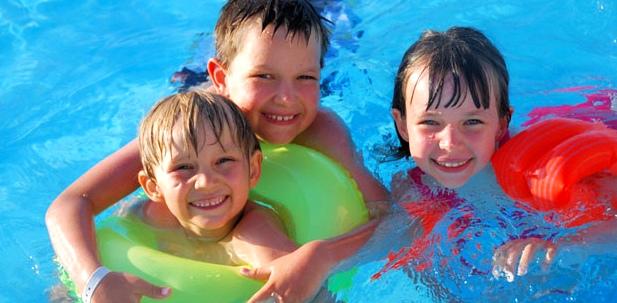 Kinder holen sich im Schwimmbad leicht Dellwarzen, auch Mollusken oder Schwimmwarzen genannt