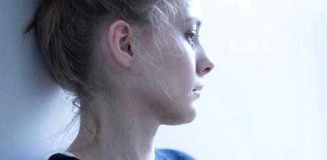 Eine Frau blickt nachdenklich und traurig