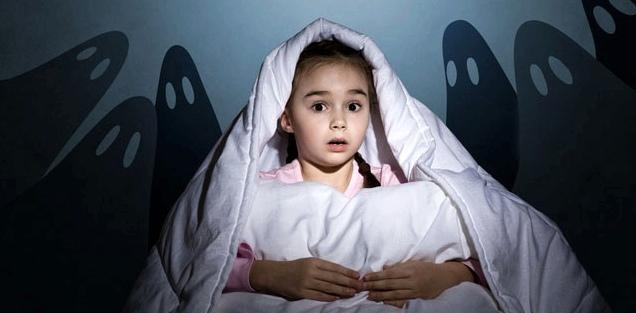 Mädchen hat Angst im Dunkeln