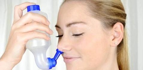Frau mit Nasendusche