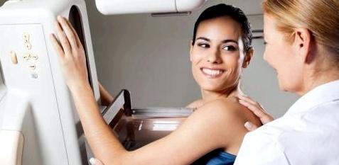 Frau zur Brustkrebsvorsorge