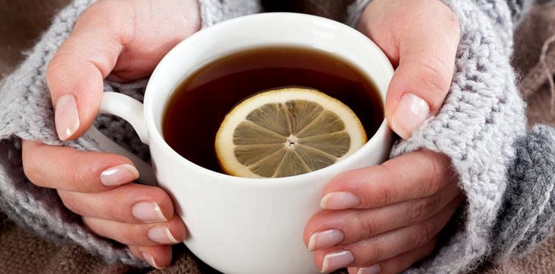 Hände halten eine Teetasse