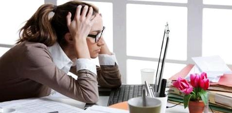 Frau sitzt vor PC