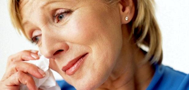 Seelische Probleme wie Antriebslosigkeit, Depressionen und Stimmungsschwankungen können mit der Hormonumstellung in den Wechseljahren einher gehen