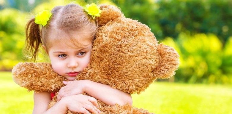 Mädchen mit Teddy ist traurig