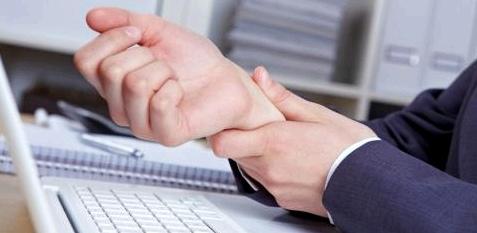 Ein Taubheitsgefühl und Kribbeln in den Fingern kann auf das Karpaltunnelsyndrom hinweisen