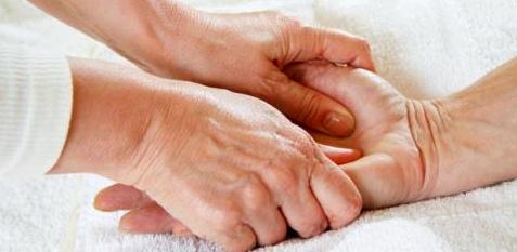 Betroffene von Rheuma leiden an Schmerzen in den Gelenken