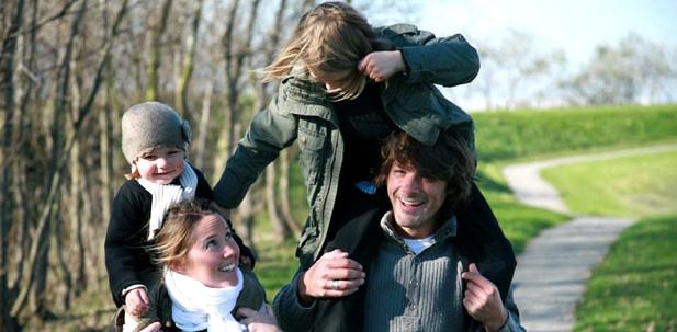 Familie beugt Erkältung vor: Spazieren gehen stärkt die Abwehr