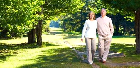 Einen Spaziergang schmerzfrei genießen – mit einem Schrittmacher ist das auch Patienten mit einem sogenannten Raucherbein möglich