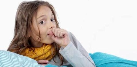 Mädchen mit Bronchitis hustet