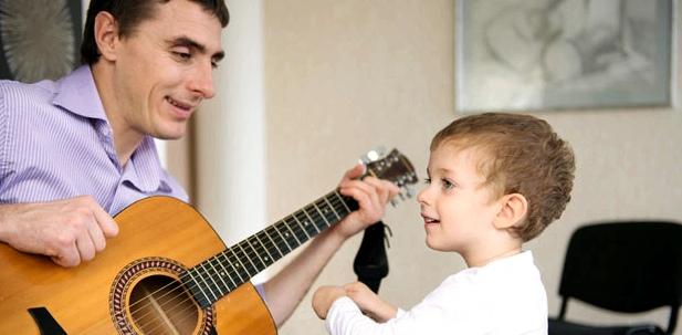 Gemeinsames Singen hilft, die Sprachentwicklung des Kindes zu fördern