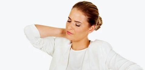 Frau leidet unter steifem Nacken