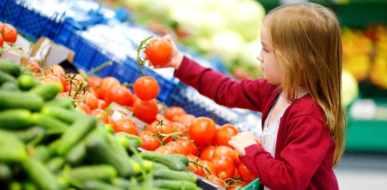 Mädchen am Gemüsestand