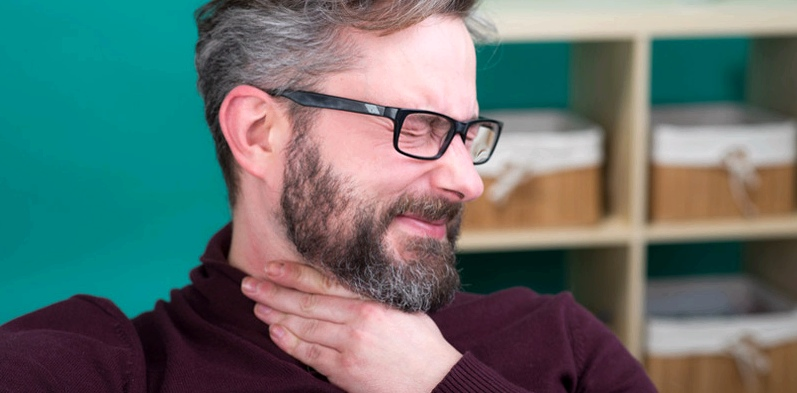 Schluckbeschwerden gehören zu den Schlaganfall-Symptomen, die vielen Menschen nicht bekannt sind