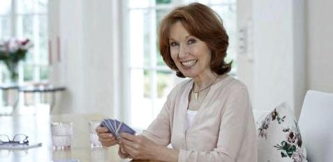 Frau ohne Konzentrationsstörungen beim Kartenspiel