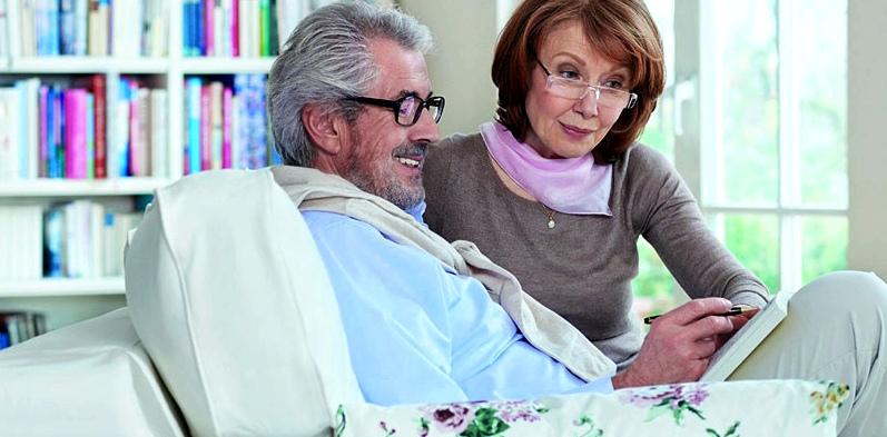 Älteres Paar auf Sofa