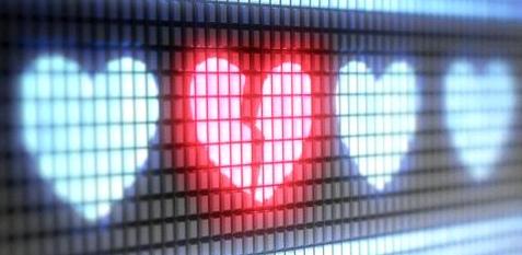 Eine digitale Anzeigetafel mit Herzen – eins davon ist in der Mitte zerbrochen
