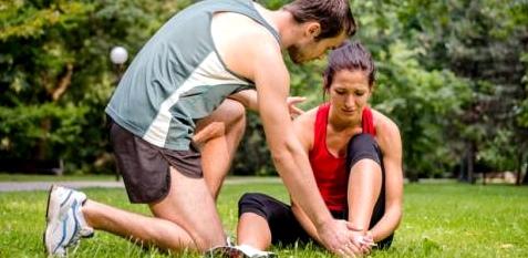 Frau mit Krampf im Fuß nach dem Sport