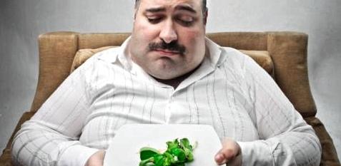 Dicker Mann ist bei Diät unglücklich
