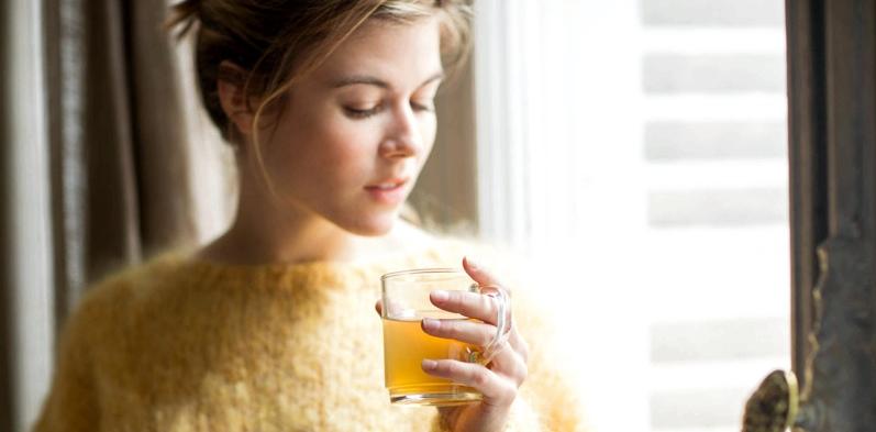 Frau mit Erkältung trinkt Tee