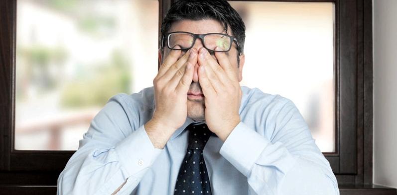 Business-Mann mit Brille ist schwindelig