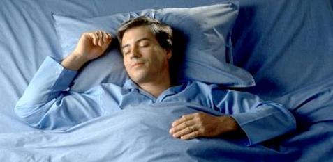 Mann schläft entspannt