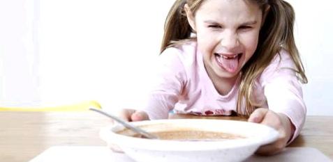 Kind schiebt Teller weg