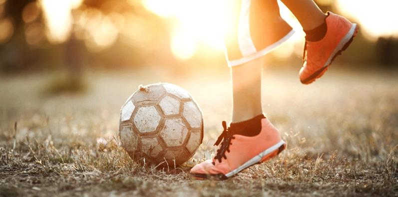 Fussballspielen im Sonnenuntergang