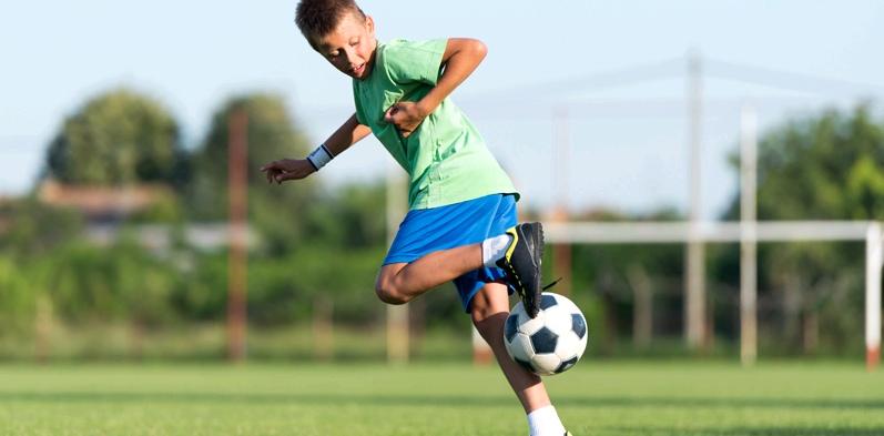 Junge spielt Fussball