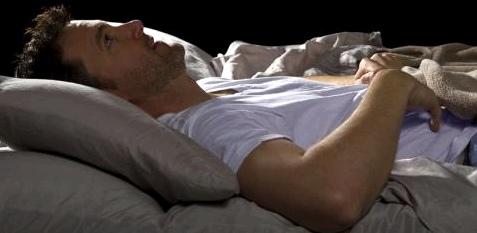 Ein Mann liegt im Bett