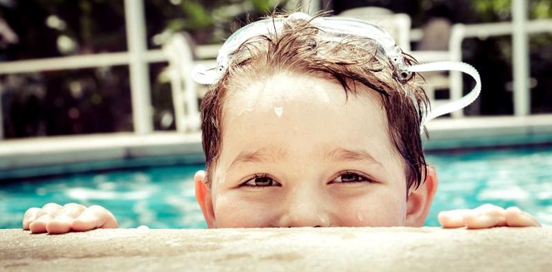 Kind darf schwimmen gehen