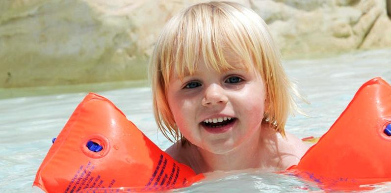 Schwimmen gehen mit Röhrchen im Trommelfell nur Kopf über Wasser