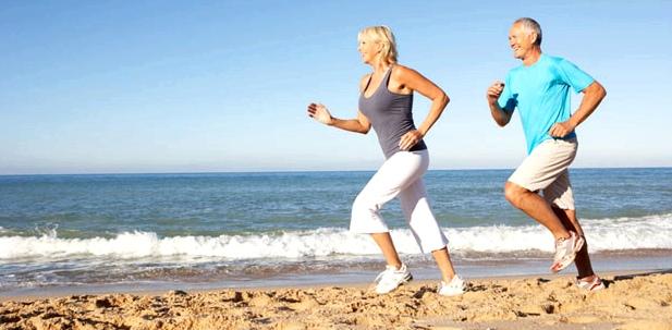 Vorbeugende Maßnahmen gegen Hämorrhoiden: viel Bewegung, ausreichend trinken und ballaststoffreiche Ernährung