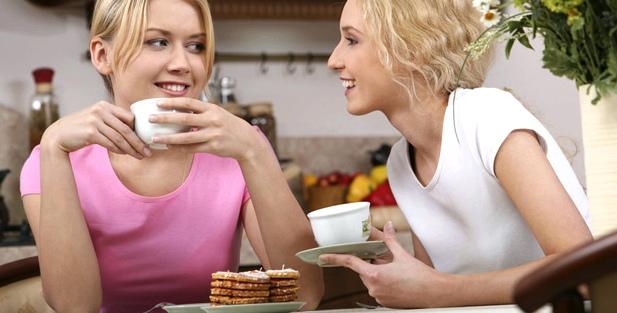 Zwei Freundinnen trinken Kaffee und plaudern
