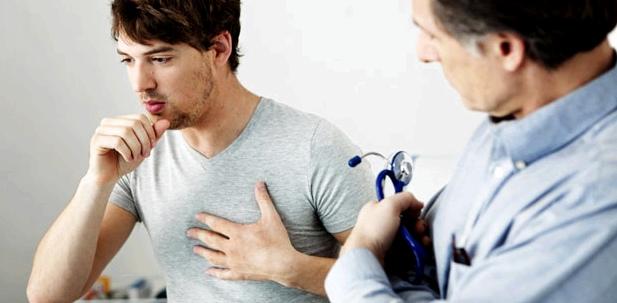 Mann Husten und Schmerzen in der Brust