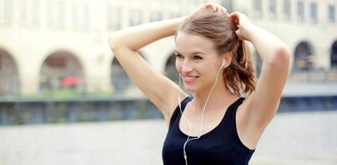 Sportliche Frau lacht